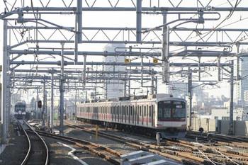 2013年11月24日、石神井公園、右が6番線に止まる東急5118F、左奥が3015Fの5117レ。