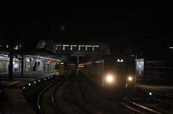 2013年12月6日 20時17分、西所沢、右が1番ホームから発車した撮影用と思われる2083Fの下り回送列車。左は2503Fの6213レ。