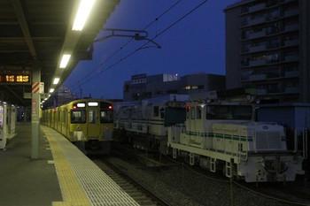 2013年12月22日 6時26分頃、東長崎、4番ホームから発車した2063Fの下り回送列車。