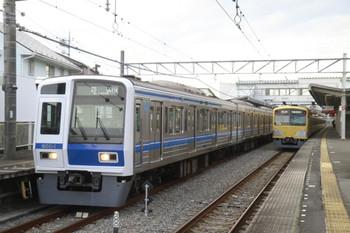 2013年12月23日15時34分頃、西所沢、左が6104Fの51K運用表示の上り回送列車。右は3001Fの5359レ。