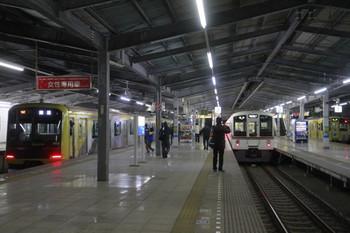 2014年1月1日 5時53分頃、飯能、並んで発車した東急4110F下り回送列車(左)と9107Fの2106レ。中央は5002レで到着(約3分遅れ)した4001F。