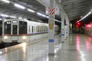 2014年1月4日 18時25分頃、飯能、左が池袋方から到着する4015F+4003Fの下り回送列車。右は3704レ(07S運用)のメトロ7013F。