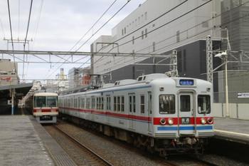 2014年1月5日、千葉中央、11B51レの京成3333F。左は1228Fレの新京成8808F。