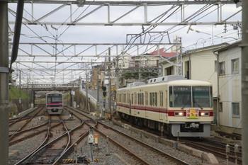 2014年1月5日、京成津田沼、右が干支HM付き新京成8801Fの819Fレ 千葉中央ゆき。