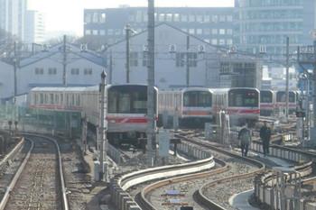 2014年1月12日、中野検車区小石川分室、02系に混じってたたずむ01系。池袋ゆき列車の最後部から撮影。