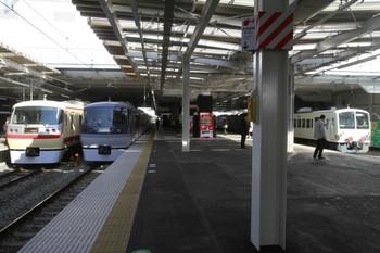 2014年1月18日、所沢、左から10105Fの20レ、10111Fの下り回送、多摩川線へ行く1247F。