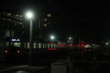 2014年2月1日、石神井公園、左が6153Fの6501レ、右が6番線に入ったばかりの20152F下り回送列車。