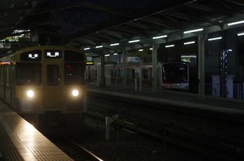 2014年1月27日、清瀬、右端の東急5169Fの先頭車の右横の架線柱にLED照明が設置されました。左は5851レの2063F。