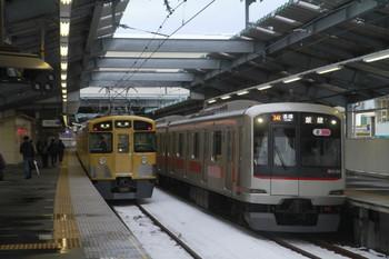2014年2月15日 16時50分頃、江古田、右が東急5154Fの各停 飯能ゆき、左が2455F(?)+2087Fの各停 池袋ゆき。