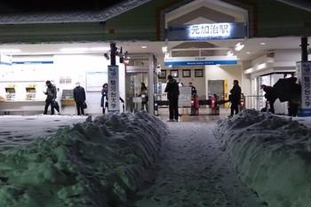 2014年2月15日 5時15分頃、元加治、雪が積もった駅前。