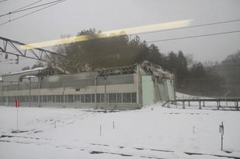 2014年3月1日、横瀬、屋根が陥没した保存車両の車庫。