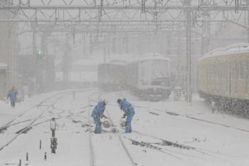 2014年2月8日 15時10分過ぎ、池袋、雪の駅構内で分岐器にお湯をかける駅員さん。
