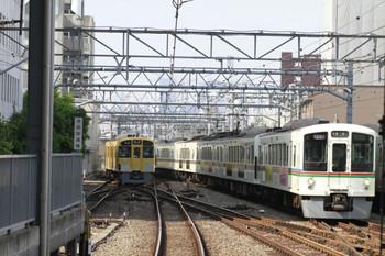 2014年5月24日、池袋、右が1003レ用の送り込みの上り回送列車の4001F+4021F。左は2089Fの5703レ。