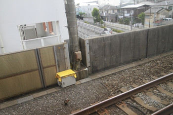 2014年6月29日、富士見台~練馬高野台、線路脇の普段はない箱。下り各停から撮影。