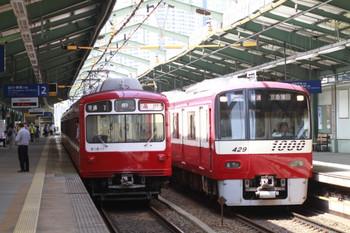 2014年7月15日 13時57分頃、新馬場、京急蒲田ゆき新1000形と品川ゆき800形の普通列車の並び。