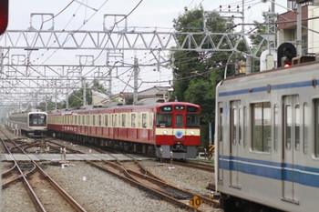 2014年7月20日、清瀬、左奥が留置中の東急5159F、中央が「赤い電車」の9103Fが走る3202レ、そして右端が6702レの6151F。