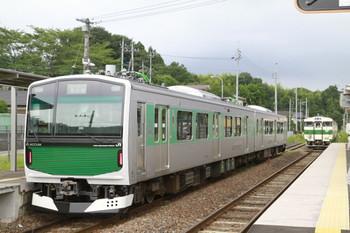 2014年7月27日、大金、EV-E301系の1332M(左)とキハ40系2連の331D(右)。