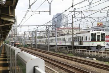 2014年8月16日、JR新大久保、185系回送列車とすれ違う4001F+4005Fの西武秩父ゆき臨時列車。