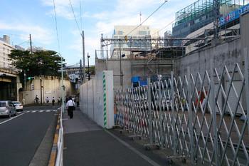 2014年10月10日、池袋駅の真下にできたリフレッシュ工事事務所(写真で右側)。