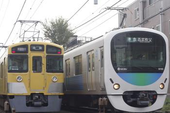 2014年10月27日、池袋~椎名町、右が32105F+38109Fの4209レ。左は2453F+2079Fの1102レ。
