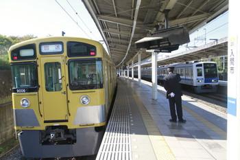 2014年11月3日 9時14分頃、入間市、臨時急行で到着後に回送となった9106Fと、通過する6157Fの上り回送列車(26M運用)。