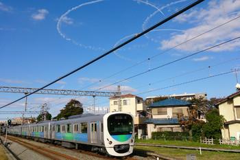 2014年11月3日 13時58分頃、武蔵藤沢、ブルーインパルスがお空に描いた輪っかと30103Fの急行 池袋ゆき。