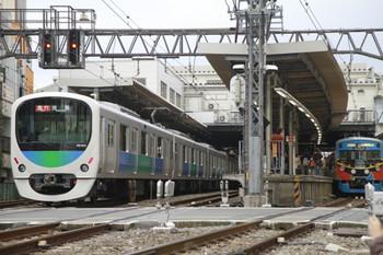 2014年11月8日 8時44分頃、ひばりが丘、右端が快速急行 横瀬ゆきの3011F臨時列車。左は、最新の30103Fの2116レ。