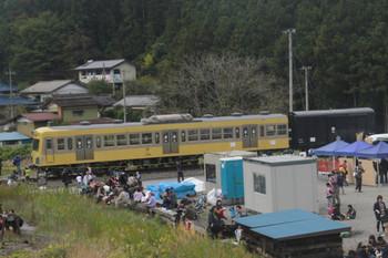 """2014年11月8日、横瀬、展示されていたクハ1224を列車内から撮影。屋根上冷房装置が変形。"""" title="""