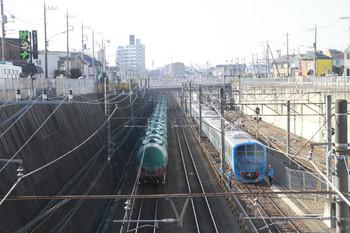 2014年11月23日 9時34分頃、新秋津、左側が石油タンク華奢の貨物列車で右側が西武38116F。EF65-2060は新座方へ離れた後です。