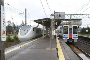 2014年11月30日、犀潟、通過する1004Mと発車を待つ833M。