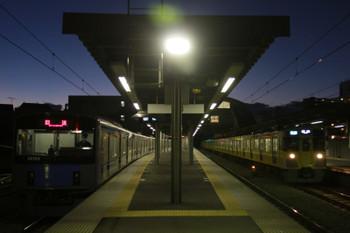 2015年1月1日 6時19分頃、東長崎、左が4番ホームで折り返しを待つ20153Fの回送列車。右が通過する2077Fの4105レ。