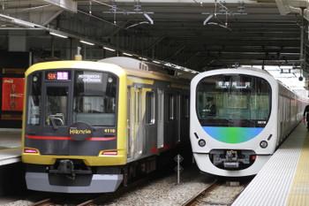 2015年1月1日、所沢、左が東急4110Fの1712レ、右は38116Fの5301レ。