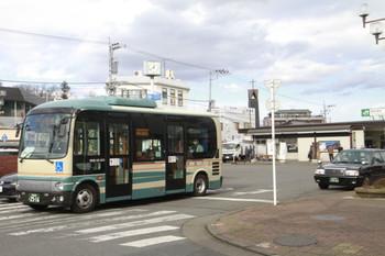 2015年1月17日 12時39分頃、新秋津駅前、東村山駅東口へ向かう西武バス塗色の「グリーンバス」。