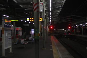 2015年1月22日 5時40分頃、清瀬、右が2番ホームから引き上げ線へ入る6153Fの回送列車。