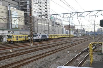 2015年2月9日 14時51分頃、鶴見、EF64-1064の横を通過する3009F+EF65-2083の下り貨物列車。。