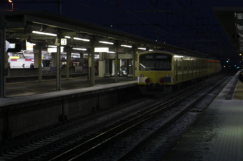 2015年2月10日 6時20分頃、尾張一宮、通過するEF65-2083+3009Fと名鉄電車。