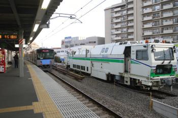 2015年2月28日 6時26分頃、東長崎、4番ホームから発車した20153Fの下り回送列車。右隣は26日朝からここにいるマルタイ。