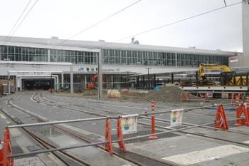 2015年3月2日、富山駅(南側)、手前が市内線から新幹線ホーム下へ入る新設軌道。右が工事中の駅前広場。
