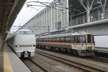2015年3月2日、富山、「サンダーバード34号」(4034M)と発車した「ひだ18号」(1038D)。