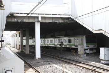 2015年4月12日11時49分ころ、池袋、山手線外回り列車で8番ホームに到着後 引き上げ線に入るE231系。