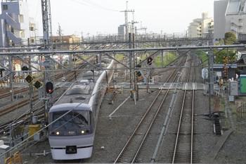 2015年4月18日 17時15分頃、所沢、飯能方から新宿線2番ホームに進む上り特急 おくちちぶ号。