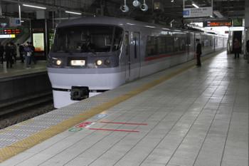 2015年4月19日 9時23分頃、所沢、4番ホームに到着する10111Fの下り臨時列車。