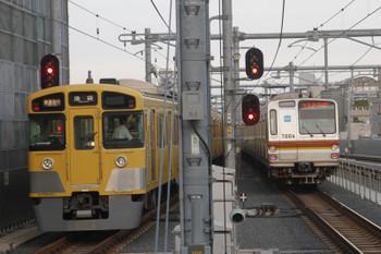 2015年8月22日、石神井公園、同時発車となった2063Fの1002レとメトロ7004Fの6522レ。