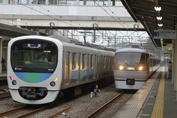 2015年8月28日 167時16分頃、仏子、中線に止まる38106Fの上り回送列車。右は10103Fの下り回送列車。i