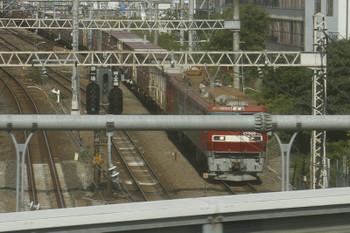 2015年10月12日 12時50分頃、池袋~目白、停止しているEH500牽引の南行きコンテナ貨物列車。西武の下り列車から撮影。