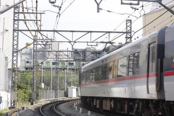 2015年10月20日 12時35分、高田馬場~下落合、10106Fの115レと山手線外回りのE235系。