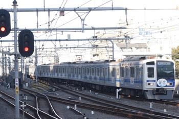 2015年10月26日、練馬、到着する車体広告6153Fの6506レ。