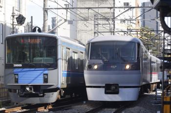 2015年10月21日、高田馬場~下落合、ちょっと遅れの2644レ(20105F)と115レ(10106F)。