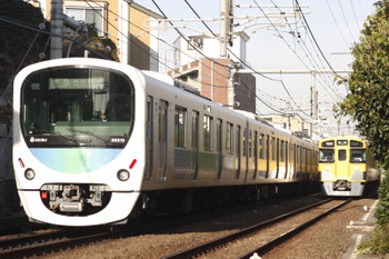 2015年10月27日、池袋~椎名町、38110Fほかの西武秩父ゆき4209レと2501Fほかの1102レ。