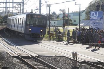 2015年11月3日、稲荷山公園駅、先頭車前面の真上のオレンジ色の物体が入間基地のクルクル回るアンテナです。